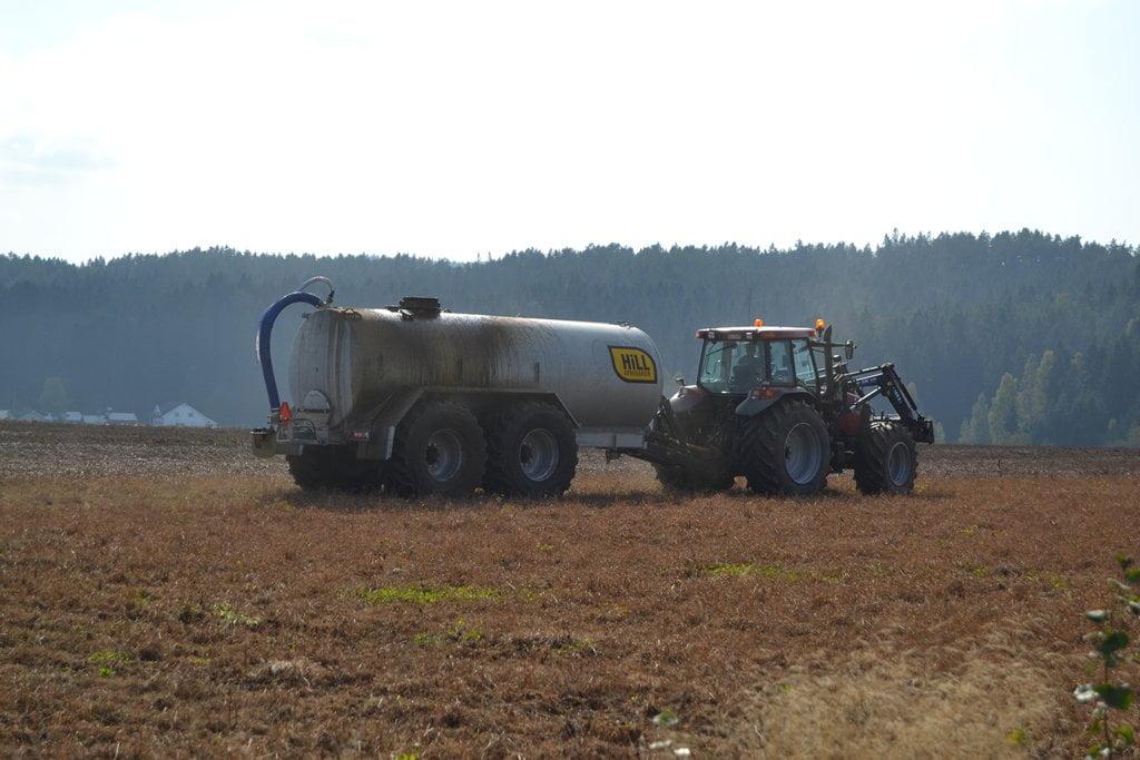 Gjødselvogn Hill galvanisert med boggie 15000l sprer i Rælingen