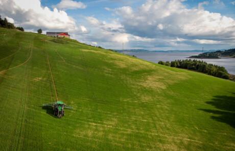 Stripespreder Lowline spredning på jordet dronebilde foto:Trude Vaade